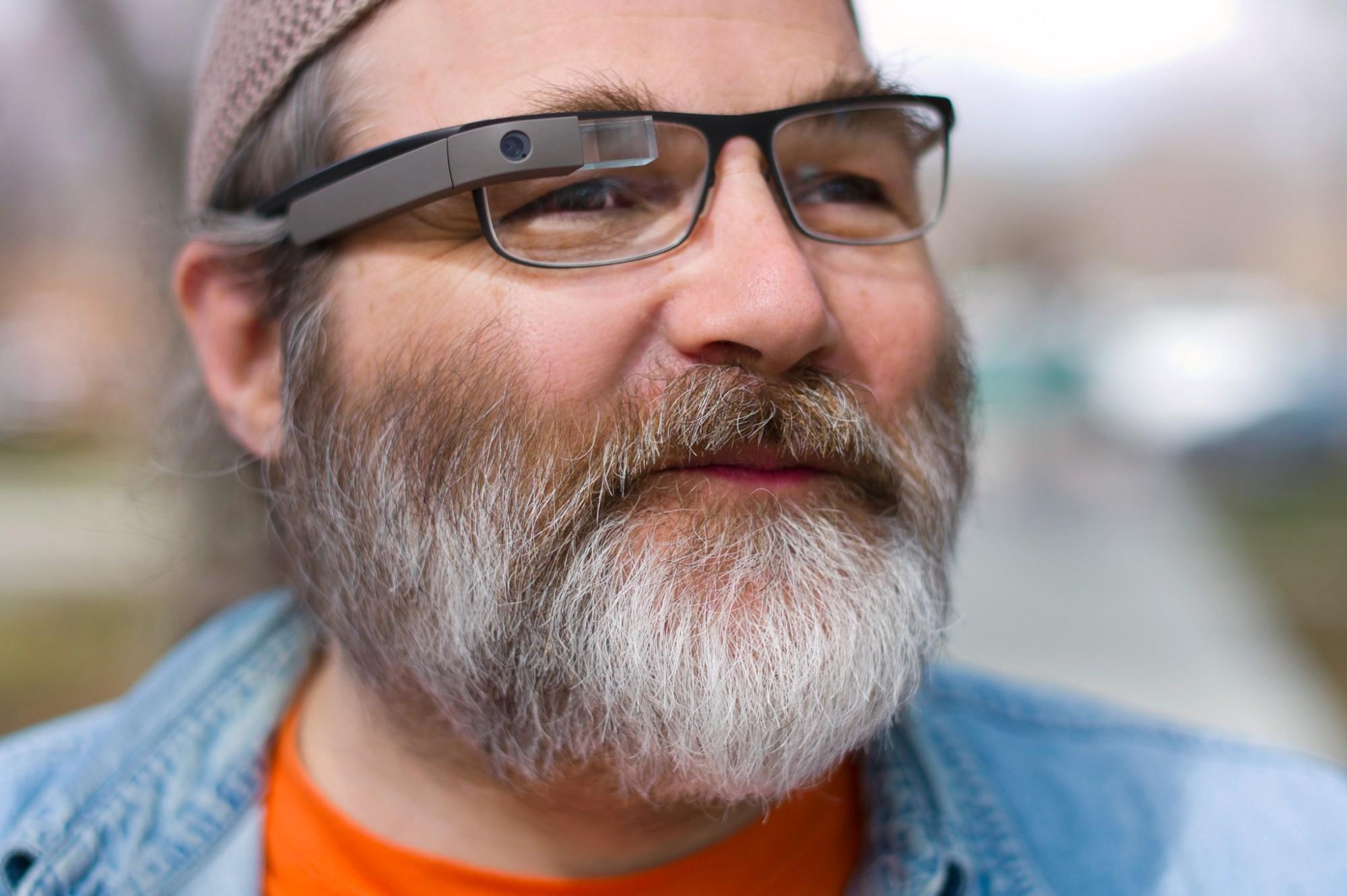Glass-Mitarbeiter Greg Priest-Dorman trägt seit 35 Jahren elektronische Geräte am Körper.