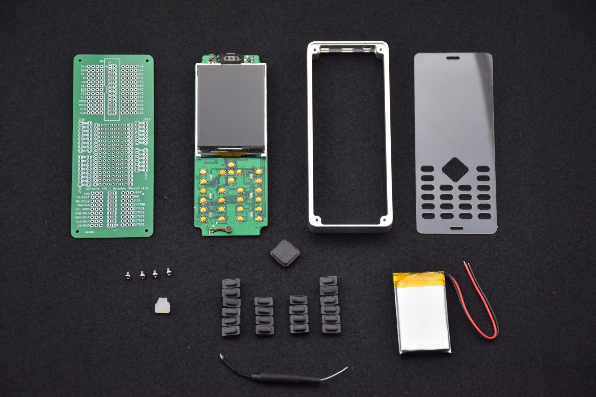 Das (vorläufige) ESP32-WiPhone in seinen Einzelteilen. Der Hersteller hat das Zerlegen und Modifizieren bewusst sehr einfach gestaltet.