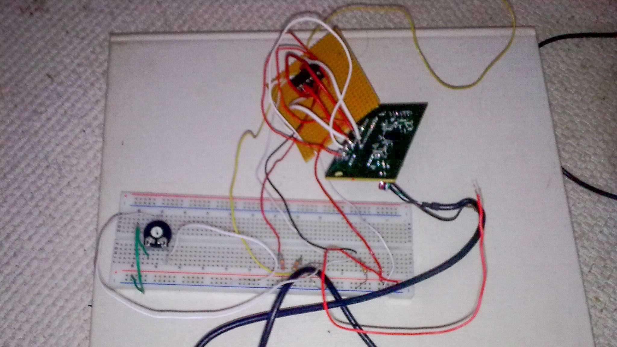 Breadboard mit Elektronik.