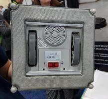 Rollen und ein Unterdruckgebläse auf der Unterseite sorgen dafür, dass der Bot sich auf den Fenstern fortbewegen kann.