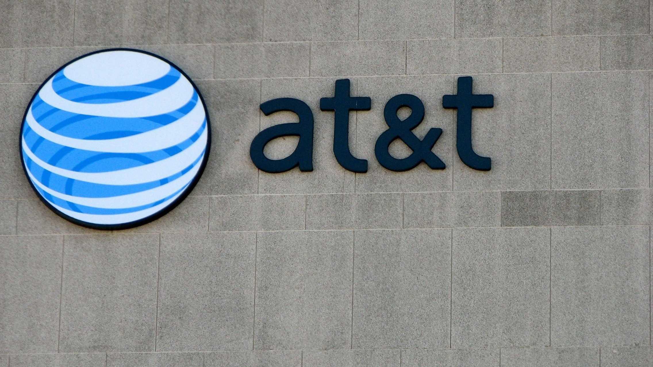 AT&T-Logo auf grauer Wand