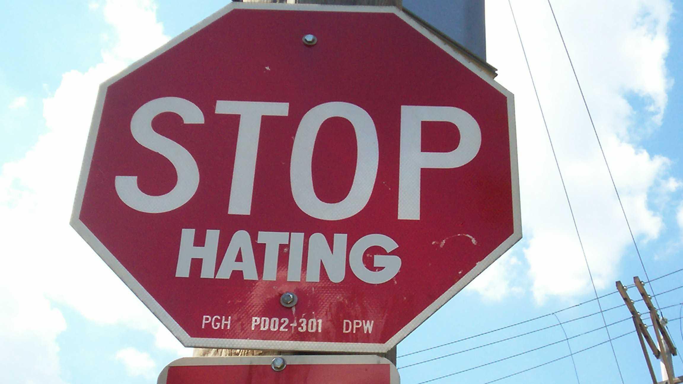 """Stop-Zeichen mit Aufkleber """"HATING"""""""