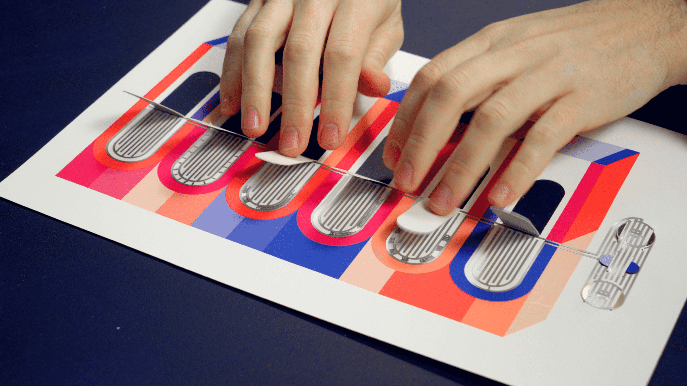 Zwei Hände spielen ein Papierklavier