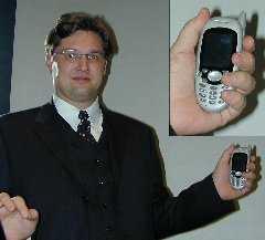 Juha Christensen mit Stinger-Smartphone