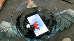 MWC: Handys vor Wasser und Hammerschlägen schützen