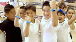 Kinder mit blauem Fitnessarmband
