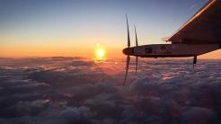 Solar Impulse 2 fliegt durch Wolken
