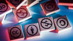 CC-Symbole auf hölzernen Quadraten