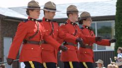 4 RCMP-Polizisten in ihrer roten Paradeuniform