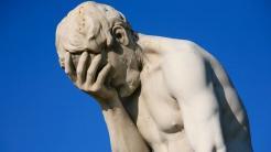 Statue des Kain, der verzweifelt die Hand vor das Gesicht hält