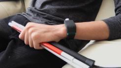 Ultraschall-Armband weist Sehbehinderte frühzeitig auf Hindernisse hin