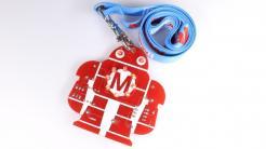 Löt-Makey: Eine rote Platine in Roboterform mit blauem Schlüsselband