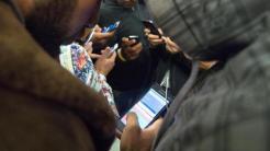 Flüchtlinge mit Smartphone