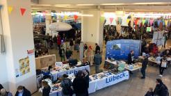 Blick in den Ostseekai während der Maker Faire mit vielen Ständen