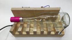 Eine durchsichtige Glasflasche auf einer Holz-Apparatur