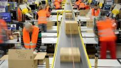 Paketabfertigung im Logistikzentrum von Amazon