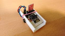 In einem weißen Plastikgehäuse sind Elektronikbauteile
