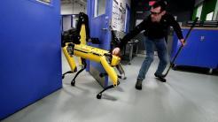 Boston Dynamics: Roboter SpotMini öffnet Tür trotz Widerstand