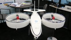 Weißer Flugkörper mit zwei seitlichen, waagrechten Rotoren
