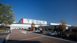 Tesla schreibt 700 Millionen US-Dollar in roten Zahlen