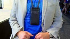 Um dem Hals getragenes Handy
