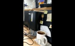 Ein CD-Laufwerk steht hochkant, sodass der Schlitten nach oben rausfährt. An ihm ist ein Holzstab befestigt, der wiederum einen Teebeutel aus einem Becher zieht.