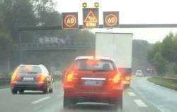 Temporäre Geschwindigkeitsbegrenzungen, auf die Leuchtanzeigetafeln hinweisen, können von Navis bislang nicht erfasst werden.