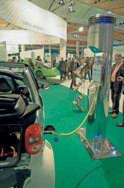Elektroauto auf der CeBIT: Mit intelligenten Steuerungen soll die IKT-Branche dabei helfen, Umweltziele zu erreichen.