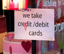 "Schild: ""we take credit/debit cards"""