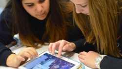 Schülerinnen mit Tablets