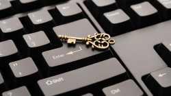 Goldener Schlüssel liegt auf Eingabetaste