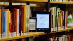 Bücherregal mit E-Books