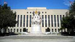 Bundesgerichtsgebäude mit Denkmal davor