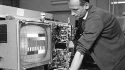 Techniker stellt Röhren-TV ein