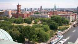 Berlin: Blick aufs Rote Rathaus und auf den Dom