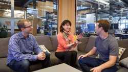 Regina Dugan auf dem Facebook-Sofa mit Mark Zuckerberg