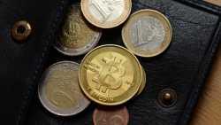 Bitcoin zwischen Euromünzen