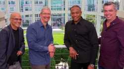 Von links nach rechts: Apple-Music-Chef Jimmy Iovine, Apple-Chef Tim Cook, Dr. Dre und Apples Content- und Cloud-Chef Eddy Cue