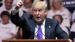 Trump an Rednerpult mit ausgestrecktem Zeigefinger