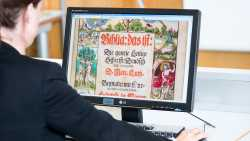 Lutherbibel-Deckblatt auf Flachbildschirm