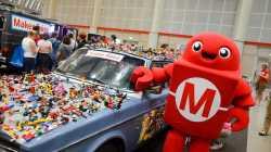 Ein roter Makey neben einem Auto, das mit Lego beklebt ist
