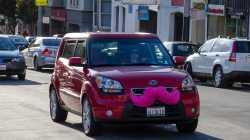 Rotes Auto mit Lyft-Schnurrbart in San Francisco