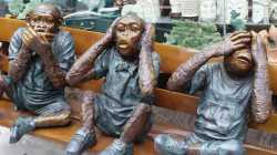 Skultpuren der 3 weisen Affen auf einer Bank