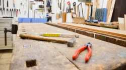 Eine Wand mit vielen Werkzeugen
