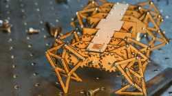Ein Holzroboter auf Metallboden