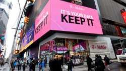"""T-Mobile-Geschäft mit großer Werbung """"KEEP IT"""""""
