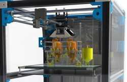 Ein Rendering eines 3D-Druckers, auf dem Drucktisch stehen gedruckte Minireaktoren