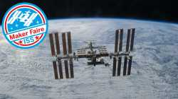 """Die Internationale Raumstation schwebt vor der Erde, daneben ist ein rundes Logo """"Maker Faire ISS"""""""