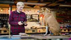 Laura Kampf und Hund Smudo in ihrer Werkstatt