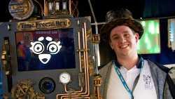 Mann mit Zylinder neben Fotobox im Steampunk-Design